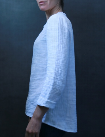 Bohème blouse in white double gauze, profile view American shot