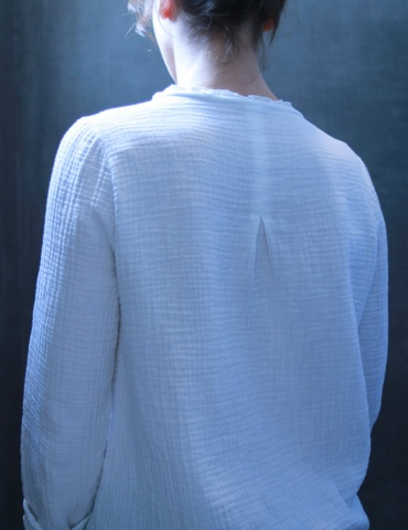 Bohème blouse in white double gauze, back view American shot