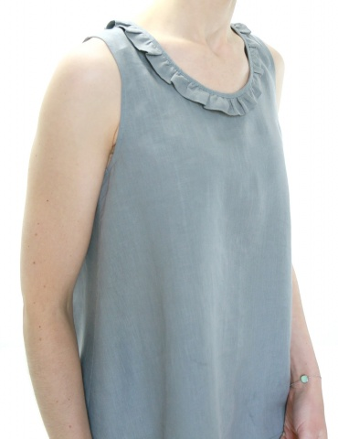 Alizé tank top with neckline flounce, in grey linen, front view focus on the neckline